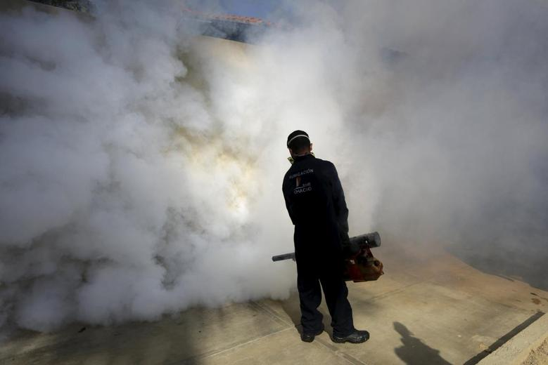 A municipal worker carries out fumigation to help control the spread of the mosquito-borne Zika virus in Caracas, Venezuela January 28, 2016. REUTERS/Marco Bello