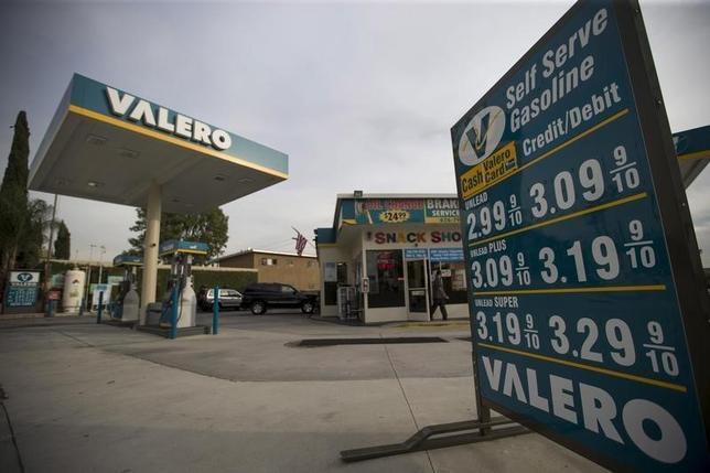 2月1日、ガソリンなどのエネルギー価格が大幅に下落したが、米国民はそれによって浮いた資金を消費してしまわず、貯蓄に回している。昨年10月カリフォルニア州パサデナで撮影(2016年 ロイター/Mario Anzuon)