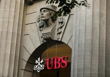 El banco suizo UBS propuso elevar su dividendo 2015 a 0,85 francos suizos por acción incluyendo un pago especial de 0,25 francos, justo por encima de las expectativas de analistas, al tiempo que anunció un aumento de un 79 por ciento en su beneficio neto de 2015, su mejor resultado desde el 2010. En la foto de archivo el logo del banco suizo UBS en la entrada de su sede en Zúrich, el 27 de julio del 2015. REUTERS/Arnd Wiegmann/Files