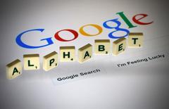 Alphabet, société mère du moteur de recherche Google, est devenue la première capitalisation boursière des Etats-Unis lundi dans les transactions d'après-Bourse, détrônant Apple, qui monopolisait pratiquement la première place depuis quatre ans. Le groupe internet a fait état d'une hausse de 17,8% de son chiffre d'affaires trimestriel. /Photo prise le 11 août 2015/REUTERS/Pascal Rossignol