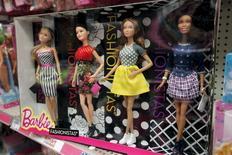 Куклы Barbie в магазине в Нью-Йорке. 28 января 2016 года. Mattel Inc зафиксировала неожиданный рост чистых продаж по итогам квартала впервые за два года благодаря восстановлению продаж кукол Барби и повышению спроса на игрушки Hot Wheels. REUTERS/Mike Segar