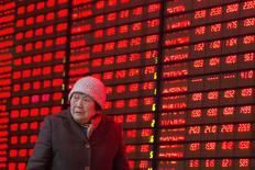 Una inversora camina junto a un tablero electrónico que muestra información bursátil, en una correduría en Nanjing, China. 2 de febrero de 2016.  Las acciones chinas cerraron en alza el martes, y el banco central del país guió al yuan a su punto diario más alto en casi un mes, en momentos en que Pekín trata de mantener la calma en los mercados antes de los feriados del Año Nuevo Lunar. ATENCIÓN EDITORES - SOLO PARA USO EDITORIAL. NO ESTÁ A LA VENTA Y NO SE PUEDE USAR EN CAMPAÑAS PUBLICITARIAS. ESTA IMAGEN HA SIDO ENTREGADA POR UN TERCERO Y SE DISTRIBUYE EXÁCTAMENTE COMO LA RECIBIÓ REUTERS COMO UN SERVICIO A SUS CLIENTES.