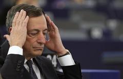 El presidente del Banco Central Europeo, Mario Draghi, ajusta sus auriculares antes de un debate en el Parlamento Europeo en Estrasburgo, el 1 de febrero de 2015. Los rendimientos de los bonos de la zona euro caían ante la baja de los precios del petróleo, mientras que el presidente del Banco Central Europeo (BCE), Mario Draghi, confirmó su compromiso de revisar la política monetaria del bloque el próximo mes. REUTERS/Vincent Kessler