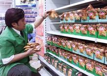 Imagen de archivo de un reponedor de productos en un supermercado en Santiago. El grupo minorista chileno Cencosud informó el martes que prevé inversiones por unos 2.500 millones de dólares en los próximos cuatro años para fortalecer su crecimiento orgánico. Reuters/Claudia Daut