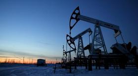 El Ibex-35 profundizó el martes las caídas presionado por un nuevo giro bajista de los precios del petróleo y los decepcionantes resultados de la petrolera británica BP para acabar la jornada con un descenso del 3 por ciento. Imagen de un campo petrolífero de Lukoil en Imilorskoye en Rusia, el 25 de enero de 2016. REUTERS/Sergei Karpukhin