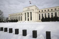 El edificio de la Reserva Federal de Estados Unidos en Washington, ene 26, 2016. La Reserva Federal podría seguir adelante con su programa de alza de tasas de interés debido a la fortaleza de los fundamentos de la economía local, dijo el martes un destacado miembro del banco central estadounidense, minimizando el impacto de la volatilidad de los mercados financieros.   REUTERS/Jonathan Ernst