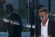 Neymar deixa tribunal após prestar depoimento em Madri.  2/2/2016.  REUTERS/Sergio Perez