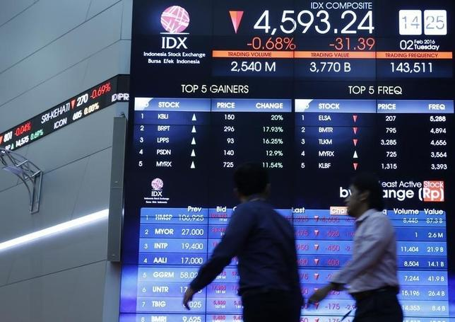 Employees walks in front of an electronic board displaying the stock market index at the Indonesia Stock Exchange (IDX) in Jakarta, Indoensia February 2, 2016.  REUTERS/Beawiharta