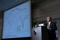 El gobernador del Banco de Japón, Haruhiko Kuroda, habla durante un seminario en Tokio, Japón, 3 de febrero del 2016. Kuroda dijo que el banco central tiene un amplio espacio para expandir su estímulo adicionalmente y está dispuesto a recortar las tasas de interés más profundamente en territorio negativo, lo que indica una disposición a actuar de nuevo para alcanzar su ambiciosa meta de inflación. REUTERS/Yuya Shino