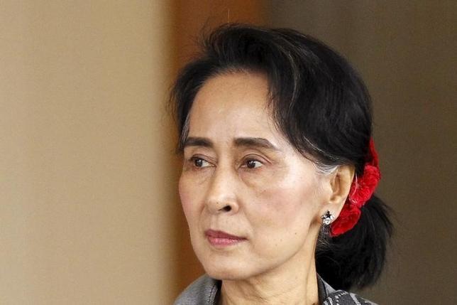 2月2日、昨年11月のミャンマー総選挙で圧勝したアウン・サン・スー・チー氏(写真)率いる国民民主連盟(NLD)は、所属議員に首都ネピドーを離れないよう指示していることがわかった。同氏の大統領就任を阻んでいる憲法規定の一時停止を目指す動きではないかと憶測を呼んでいる。ヤンゴンで1月撮影(2016年 ロイター/Soe Zeya Tun)