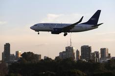 Un avión Boeing 737-700 de Aerolíneas Argentinas, aterrizando en el aeropuerto doméstico de Buenos Aires. 10 de agosto de 2014. Argentina eliminó el miércoles las tarifas máximas para los vuelos internos de pasajeros con el propósito de compensar desequilibrios en el sector, dijo el Boletín Oficial. REUTERS/Enrique Marcarian
