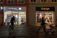 El consejero delegado del grupo de telecomunicaciones francés Orange dijo el miércoles que las conversaciones de fusión con su rival Bouygues deben concluir a finales de febrero o principios de marzo y reiteró declaraciones anteriores de que las posibilidades de un acuerdo eran de un 50 por ciento. En la imagen, una tienda de Bouygues Telecom y otra de Orange en Montbeliard, Francia, el 5 de enero de 2016.  REUTERS/Vincent Kessler