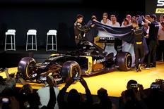 Equipe de Fórmula 1 da Renault durante apresentação oficial do novo carro, na França.     03/02/2016. REUTERS/Benoit Tessier
