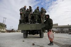 """Силы, лояльные президенту Сирии Башару Асаду, в городе ар-Рабия. Сирийская армия вместе с союзными группировками прорвали повстанческую блокаду двух шиитских городов на северо-западе Сирии, сообщил телеканал, который контролирует ливанская группировка """"Хезболла"""". REUTERS/Omar Sanadiki"""