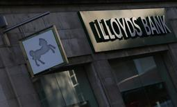 Lloyds Banking Group va supprimer environ 1.585 emplois et fermer 29 agences dans le cadre d'un plan de réduction de ses effectifs portant sur 9.000 postes, annoncé il y a plus d'un an. /Photo d'archives/REUTERS/Andrew Winning