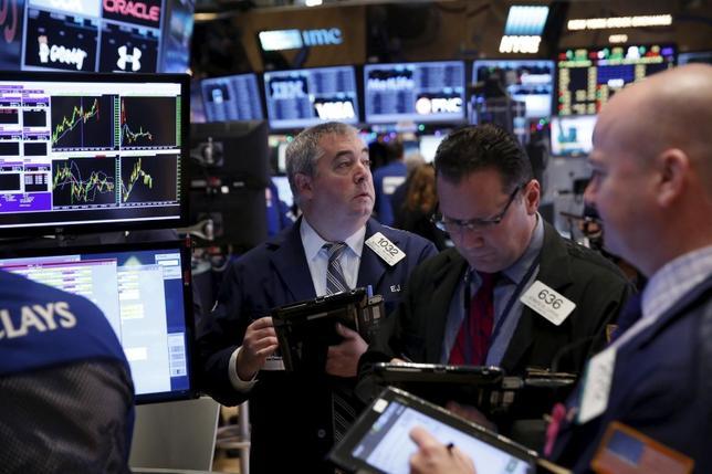 2月3日、米国株式市場は引けにかけて堅調となり、ダウ工業株30種とS&P総合500種が反発した。NY証券取引所で2015年12月撮影(2016年 ロイター/Lucas Jackson)