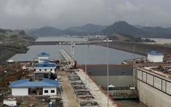"""La ampliación del Canal de Panamá estará lista """"a finales de junio"""" tras más de un año de demora, aunque su impacto en las arcas del país se empezará a sentir a partir del 2017, dijo el miércoles el administrador de la vía interoceánica. En la imagen, los nuevos diques del proyecto de expansión del Canal de Pánama, en Panama City, el 17 de noviembre de 2015. REUTERS/Carlos Jasso"""