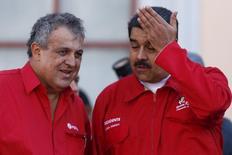 Президент Венесуэлы Николас Мадуро и министр нефти Эулохио дель Пино на встрече с нефтяниками в Каракасе. 12 января 2016 года. Шесть стран-производителей нефти, включая Россию и Иран, поддерживают предложение о встрече стран, входящих и не входящих в ОПЕК, сообщил министр нефтяной промышленности Венесуэлы Эулохио дель Пино, которого процитировало иранское информационное агентство. REUTERS/Carlos Garcia Rawlins