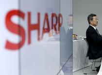 Le directeur général de Sharp, Kozo Takahashi. Le groupe d'électronique japonais a annoncé jeudi qu'il avait décidé de porter toute son attention sur les discussions avec le taïwanais Foxconn. /Photo prise le 4 février 2016/ REUTERS/Yuya Shino