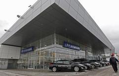 Салон Hyundai в Санкт-Петербурге. 15 января 2013 года. Третий по объемам продаж в РФ автопроизводитель корейский Hyundai Motor снизил продажи в январе на 37 процентов до 8.010 штук, следует из сообщения компании. REUTERS/Alexander Demianchuk