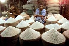 Un vendedor de arroz espera a los clientes, en un mercado en Dhaka, Bangladesh. 28 de abril de 2001. Los precios mundiales de los alimentos cayeron en enero a cerca de mínimos de siete años, presionados por el declive en el valor de las materias primas agrícolas, particularmente del azúcar, dijo el jueves la Organización de las Naciones Unidas para la Alimentación y la Agricultura (FAO). Reuters/Files