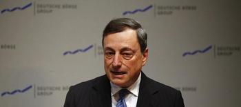 El presidente del Banco Central Europeo, Mario Draghi, habla durante la recepción de la bolsa alemana en Fráncfort, el 25 de enero de 2016. El riesgo de actuar demasiado tarde ante la extremadamente baja inflación es mayor que actuar demasiado pronto, dijo el jueves el presidente del Banco Central Europeo, Mario Draghi, sugiriendo que podría necesitarse más alivio de política monetaria. REUTERS/Kai Pfaffenbach