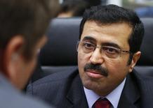 El ministro de Energía de Qatar, Mohammed al-Sada, habla con periodistas durante una reunión de ministros del petróleo de la OPEP, en Viena, Austria, 4 de diciembre de 2015. Los ministros de Energía de Qatar y Venezuela discutieron el jueves temas relacionados con el mercado petrolero mundial, dijo el Ministerio de Energía qatarí en un comunicado. REUTERS/Heinz-Peter Bader