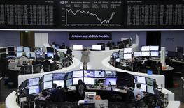 Operadores trabajando en la bolsa alemana en Fráncfort, feb  4, 2016.  Las acciones europeas cerraron en baja el jueves, arrastradas  por el sector automotriz y por Credit Suisse, tras datos débiles de Estados Unidos que alimentaron preocupaciones de que su economía podría estar desacelerándose. REUTERS/Staff/Remote