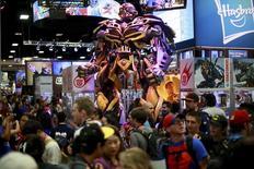 Una estatuade Transformers en el puesto de la fabricante de juguetes Hasbro, durante la convención Comic-Con, en San Diego, California. 25 de julio de 2014. Los fabricantes de juguetes estadounidenses Mattel y Hasbro habrían discutido sobre una posible fusión, dijeron personas familiarizadas con el asunto, según reportó la agencia de noticias Bloomberg. REUTERS/Sandy Huffaker
