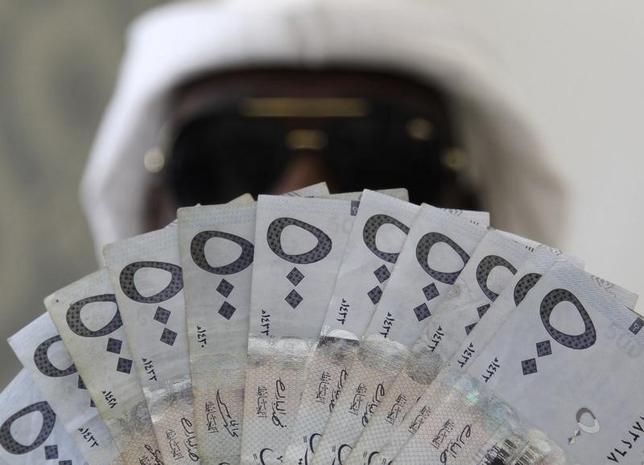 2月4日、サウジアラビアは、通貨リヤルを切り下げた場合にあまりも政治が不安定化しかねないので、30年続けてきたドルペッグ制を維持する以外に選択の余地は乏しい。写真はリヤル紙幣。サウジアラビアの首都リヤドで1月撮影(2016年 ロイター/Faisal Al Nasser)