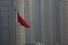 Una bandera nacional de China vista en Shanghái. 13 de enero de 2016. La tasa oficial de crecimiento económico de China podría bajar aún más a un 6,7 por ciento en 2016, y mantendrá un ritmo similar en los próximos dos años, según una encuesta de Reuters a los analistas que realizan las previsiones más certeras sobre la economía del país. REUTERS/Aly Song