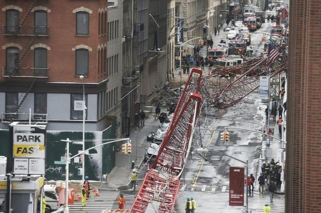 2月5日、米ニューヨークで建設用大型クレーンが倒壊し、駐車中の車内にいた1人が死亡、3人が重軽傷を負った。写真は事故現場の様子。(2016年 ロイター/Brendan McDermid)