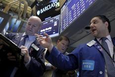 La Bourse de New York a fini en très forte baisse vendredi, sous le coup à la fois d'un effondrement des cours de plusieurs valeurs technologiques, LinkedIn en tête, à la suite de prévisions jugées décevantes et de la perspective d'une nouvelle hausse des taux après les chiffres de l'emploi. /Photo d'archives/REUTERS/Brendan McDermid