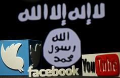 Una representanción tridimensional en plástico de los logos de Twitter y Youtube es mostrada frente a la bandera de Estado Islámico en una ilustración fotográfica en Zenica, Bosnia y Herzegovina. 3 de febrero, 2016. Twitter Inc informó el viernes que dio de baja más de 125.000  cuentas asociadas con el terrorismo desde mediados de 2015, la mayoría de ellas relacionadas a Estado Islámico en Irak y Siria. REUTERS/Dado Ruvic