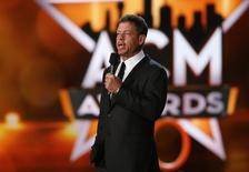 Former Dallas Cowboys quarterback Troy Aikman introduces a performance by Alan Jackson at the 50th Annual Academy of Country Music Awards in Arlington, Texas April 19, 2015.  REUTERS/Mike Blake