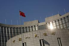 China se decantará por realizar un ajuste fino de la política monetaria y mantendrá el yuan estable al tiempo que se mantiene vigilante contra riesgos financieros sistémicos, dijo el sábado el banco central del país en su informe del cuarto trimestre. En la imagen se ve la bandera china ondeando sobre la sede del banco central chino en Beijing el 19 de enero de 2016. REUTERS/Kim Kyung-Hoon