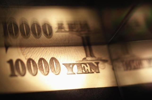 2月7日、経済学的には、金利低下は経済にとってプラスとされる。しかし、金利がマイナスにまで落ち込んだらどうなるのか、教科書には載っていない。写真は一万円札。2013年、都内で撮影(2015年 ロイター/Shohei Miyano)