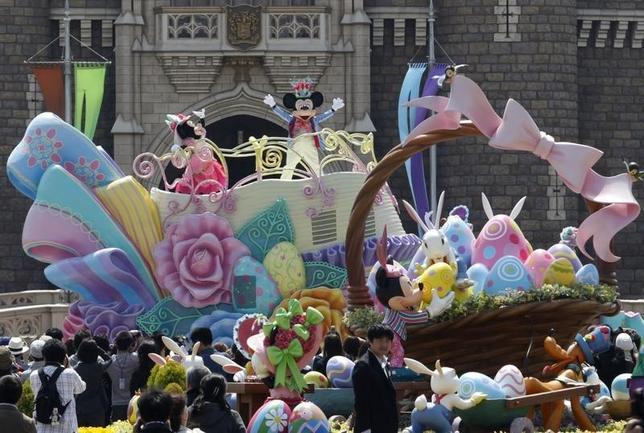 2月8日、オリエンタルランド は、「東京ディズニーランド」(写真)と「東京ディズニーシー」のチケット価格を4月1日から値上げすると発表した。値上げは15年4月以来。浦安市で2011年4月撮影(2016年 ロイター/Issei Kato)