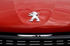 PSA Peugeot Citroën versera près de 430 millions d'euros d'indemnités à l'Iran pour les pertes infligées par son départ soudain du marché iranien en 2012, selon le directeur général du constructeur automobile Iran Khodro (IKCO). /Photo prise le 29 avril 2015/REUTERS/Benoît Tessier