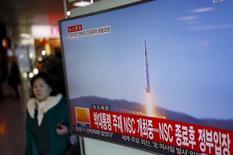 Телеэкран на железнодорожной станции в Сеуле,  демонстрирующий сюжет о  запуске ракеты в Северной Корее.  Запуск Северной Кореей ракеты в ночь на 7 февраля может спровоцировать наращивание систем ПРО США в Азии, сказали американские чиновники и эксперты, что может способствовать усилению напряженности в отношениях между Китаем и США, а также навредит связям Пекина и Сеула. REUTERS/Kim Hong-Ji