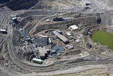 Вид с воздуха на медный рудник Anglo American в Андах, недалеко от Сантьяго.  Глава диверсифицированной добывающей компании Anglo American сказал в понедельник, что горнорудной отрасли нужно винить только себя в избыточном предложении на рынке, и что не стоит рассчитывать на восстановление цен в ближайшее время. REUTERS/Ivan Alvarado (CHILE - Tags: ENVIRONMENT ENERGY BUSINESS)