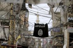"""Флаг ИГИЛ висит на электрических проводах в лагере беженцев в Палестине. """"Исламское государство"""" было вынуждено сократить платежи боевикам, так как удары коалиции во главе с США значительно повлияли на доходы группировки от нефти, сказал высокопоставленный американский чиновник в понедельник, при этом сокращение выплат может достигать 50 процентов.  REUTERS/Ali Hashisho"""