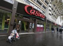 Personas caminan junto a un supermercado Casino, en París, Francia, 14 de enero de 2016. Casino podría superar su meta de desinversión de activos de 4.000 millones de euros (unos 4.500 millones de dólares) este año tras la venta de su negocio en Tailandia, dijo el lunes el director de finanzas de la minorista francesa. REUTERS/Jacky Naegelen