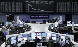 Las acciones europeas tocaron el lunes mínimos en 16 meses, en una sesión marcada por el nerviosismo de los inversores ante la desaceleración del crecimiento de la economía global y por nuevas preocupaciones originadas en el sector bancario de la región. En la imagen, operadores trabajan en sus mesas delante de la pantalla con el índice de precios alemán DAX en la bolsa de Fráncfort, Alemania, el 8 de febrero de 2016.     REUTERS/Staff/Remote