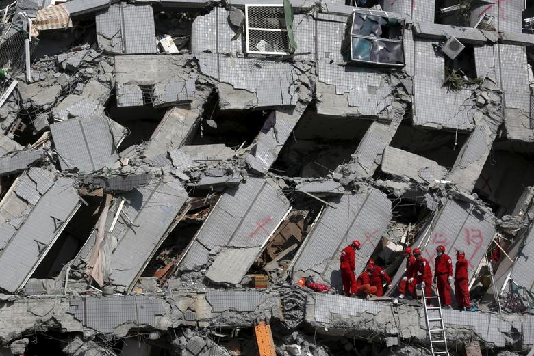 Rescue personnel work at the site where a 17-storey apartment building collapsed after an earthquake hit Tainan, southern Taiwan February 7, 2016. REUTERS/Tyrone Siu