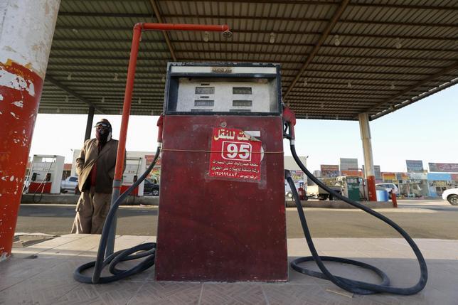 2月8日、原油価格は3日続落。米在庫が増加しているとの見方や、サウジとベネズエラの価格協議が不発に終わったことが嫌気された。サウジのガソリンスタンドで先月29日撮影(2016年 ロイター/Hamad I Mohammed)
