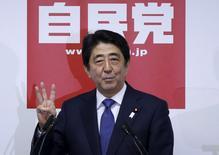 Le programme en trois volets du Premier ministre japonais Shinzo Abe, connu sous le nom d'Abenomics, pour relancer l'activité et écarter définitivement la menace déflationniste au Japon, ne fait plus recette à la Bourse du Japon. En dollars, la hausse de l'indice Nikkei n'a été que de 10% depuis mars 2013, soit deux fois moins que celle de l'indice américain S&P-500. /Photo prise le 24 septembre 2015/REUTERS/Issei Kato