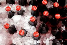 Le chiffre d'affaires net de Coca-Cola a baissé de 8%, à 10 milliards de dollars (8,92 milliards d'euros), au quatrième trimestre, la vigueur du dollar ayant pesé sur les recettes réalisées hors des Etats-Unis du numéro un américain des sodas. /Photo prise le 19 janvier 2016/ REUTERS/Benoît Tessier