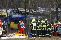 Спасатели около разрушенного в столкновении вагона около местечка Бад Айблинг на юго-западе Германии 9 февраля 2016 года.   Восемь человек погибли и около 150 получили ранения во вторник в результате столкновения двух поездов на юге Германии, в Баварии, сообщила местная полиция в своем твиттере.  REUTERS/Michael Dalder