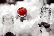 Coca-Cola affiche un bénéfice meilleur qu'attendu au quatrième trimestre, grâce à l'impact de ses mesures d'économie et à la baisse des cours des matières premières. Le bénéfice net part du groupe a augmenté de près de 61% à 1,24 milliard de dollars, soit 28 cents par action, sur la période octobre-décembre. /Photo prise le 19 janvier 2016/REUTERS/Benoît Tessier